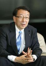 インタビューに応じる全国地方銀行協会の柴戸隆成氏