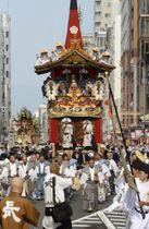 祇園祭前祭の「山鉾巡行」で、四条通を進む先頭の長刀鉾=17日午前、京都市