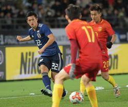 日本-中国 後半4分、右サイドを攻め上がる植田=味の素スタジアム、村田知宏撮影