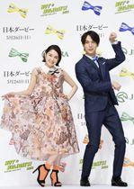 日本ダービーPR発表会で「馬のポーズ」を決める中川大志(右)と葵わかな=20日、東京都内