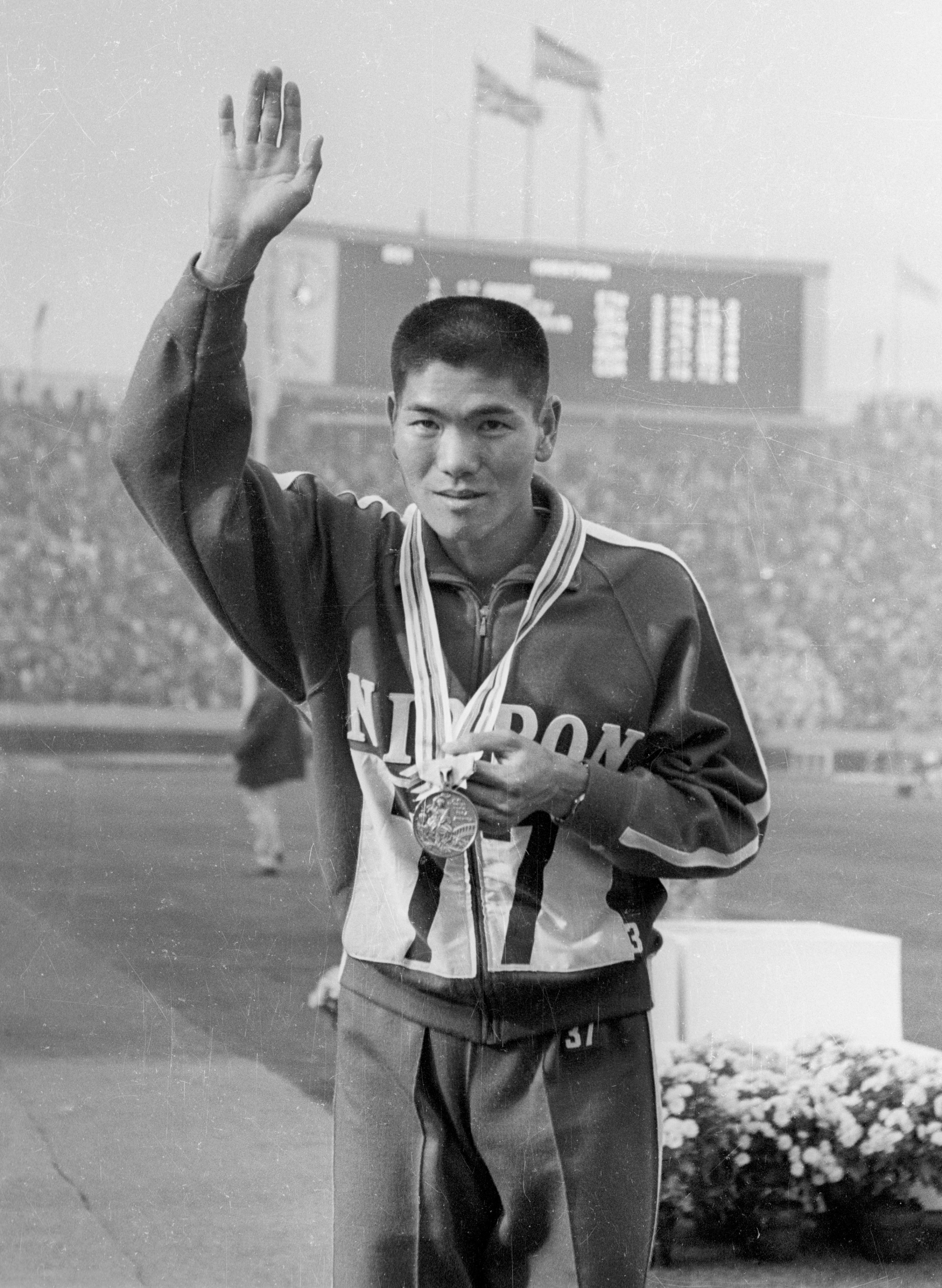 1964年10月21日、マラソンで3位になり、陸上では戦後初のメダルを手にする円谷幸吉選手
