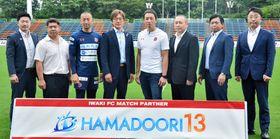 サッカーを通した復興を目指す吉田代表(中央左)と大倉社長(同右)ら関係者