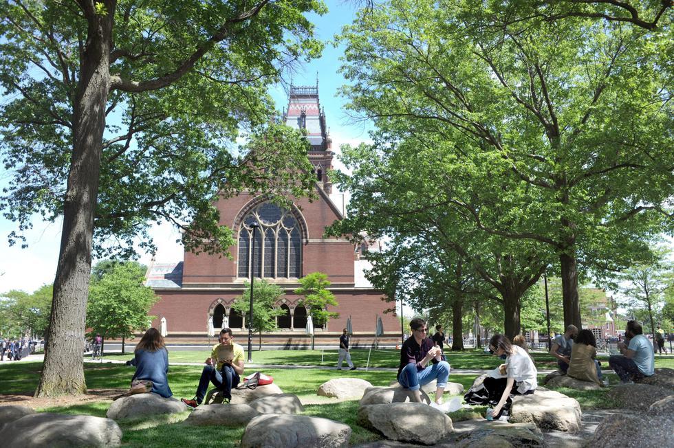 毎年イグ・ノーベル賞の授賞式が行われる「サンダース・シアター」が入るハーバード大学記念館(奧)=米国東部ケンブリッジ市(撮影・鍋島明子、共同)