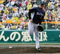 2回1死三塁、阪神・糸原の打球が西武・松本航に当たる