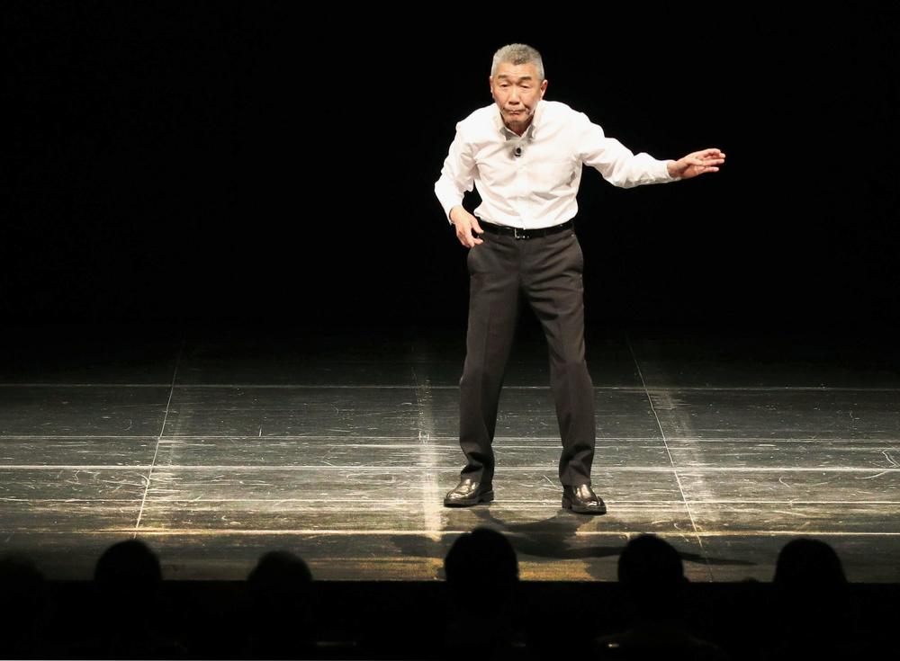 東京芸術劇場プレイハウスのステージに立つ松元ヒロさん=2017年12月19日、東京都豊島区(撮影・稲葉拓哉)