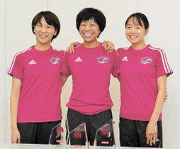 肩を組んで写真撮影に応じる(左から)安藤、福士、一山。福士は「3人で手をつないでゴールできたら」と笑う