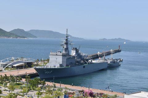 高松港に入港した掃海母艦「うらが」と2隻の掃海艇=高松市サンポート