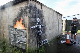 英西部ウェールズのポートタルボットに出現した路上芸術家バンクシーの壁画=2018年12月(ゲッティ=共同)