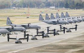 東京・米軍横田基地に駐機する軍用機=2018年4月