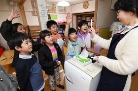 民間学童保育で放課後を過ごす子どもたち=28日午後、福岡市中央区(撮影・帖地洸平)