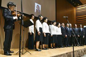 横田めぐみさんとの再会を願い、合唱する同級生ら=14日午後、新潟市