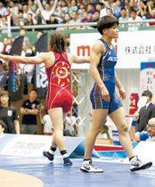 女子57キロ級決勝 川井梨(左)に敗れ、厳しい表情を見せる伊調(高橋諒撮影)