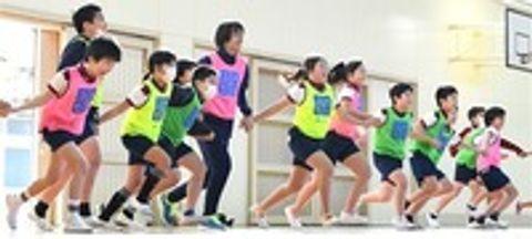 ゲームの時間に児童と一緒に体を動かす河村さん(左から6人目)=静岡市葵区の市立井宮北小