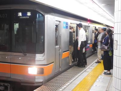 来た電車に乗り込む人、次の電車を待つ人…。「3列に並んでお待ちくださーい」=銀座線表参道駅