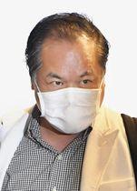 米国から成田空港に到着した篠崎洋一郎容疑者=23日午後